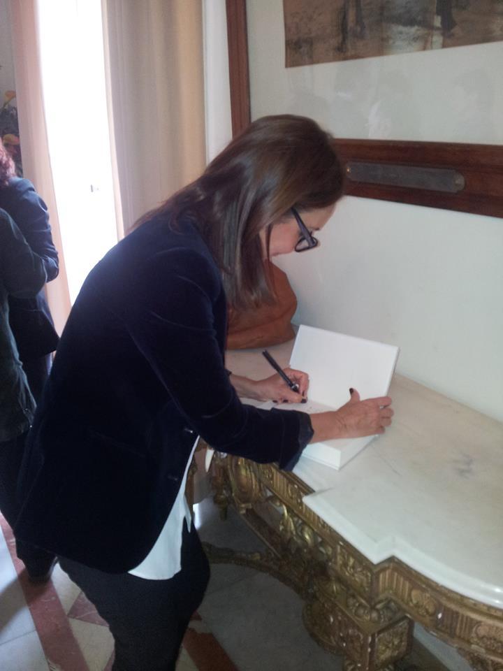 María Dueñas visita el Casino Jerezano